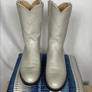 Justin light grey woman's boots size 6C.